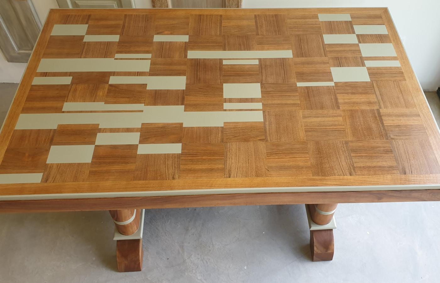 table avec décors géométriques