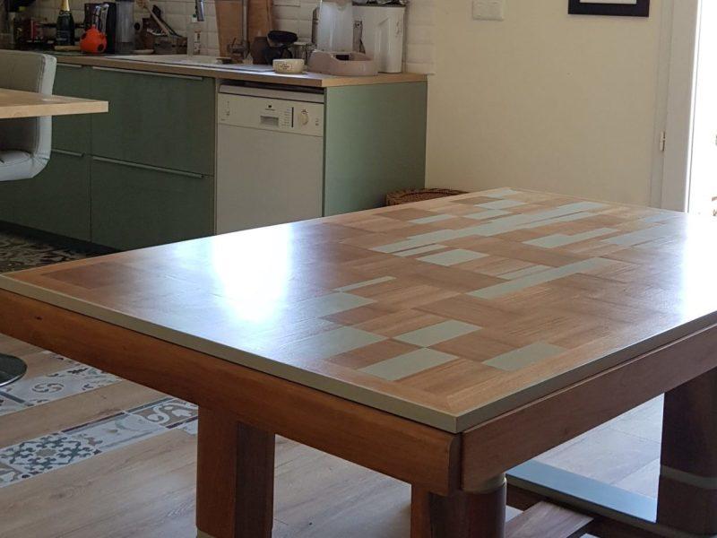 table de salle à manger avec décors géométriques