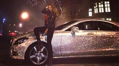 Preparateur automobile luxe couvre une mercedes de bijoux pour 25.600€