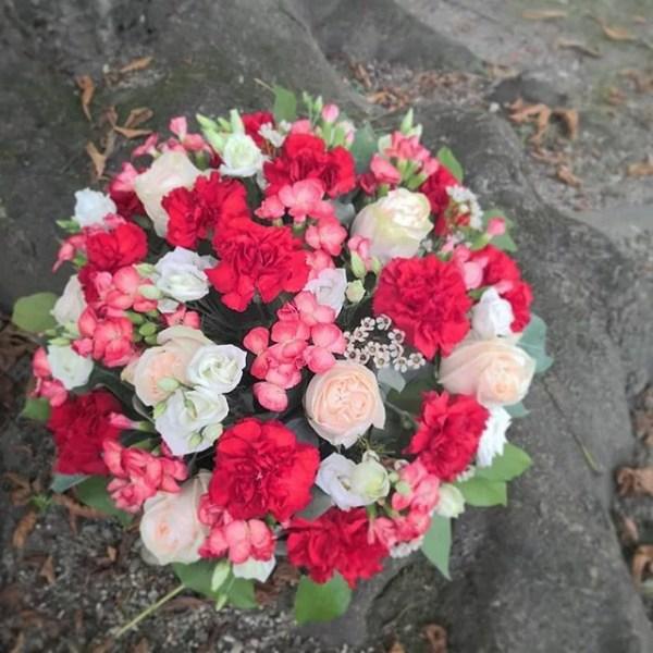 corbeille-deuil-blanche-rose-Atelier-Lavarenne-fleuriste-lyon