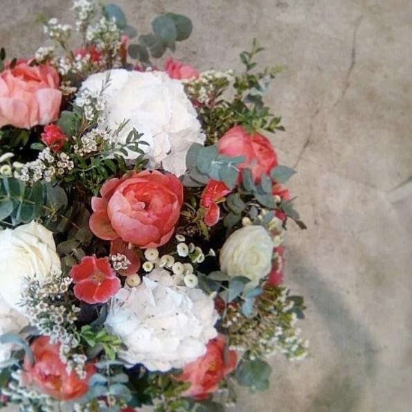 corbeille-deuil-rouge-blanc-Atelier-Lavarenne-fleuriste-lyon