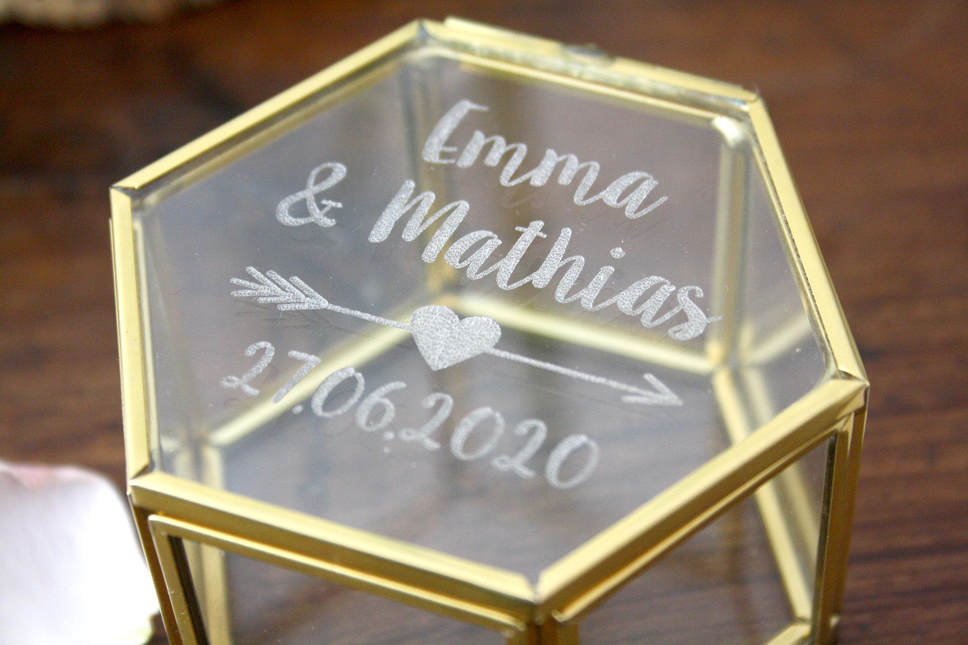 boite a alliances en verre et metal dore personnalisee avec vos prenoms et date graves forme hexagonale boite vitrine