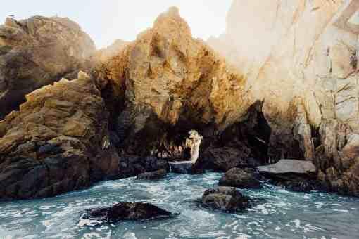 Wasser an zerklüfteter Küste