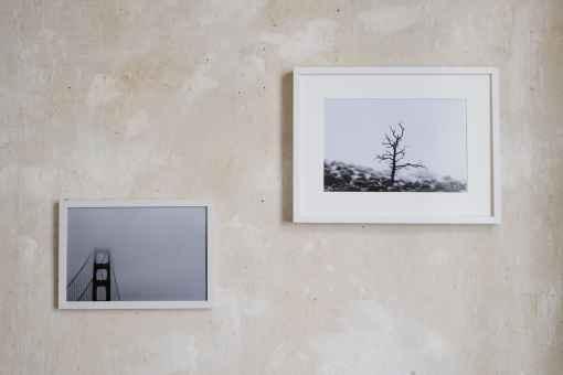 Wand mit zwei Bildern in weissen Rahmen