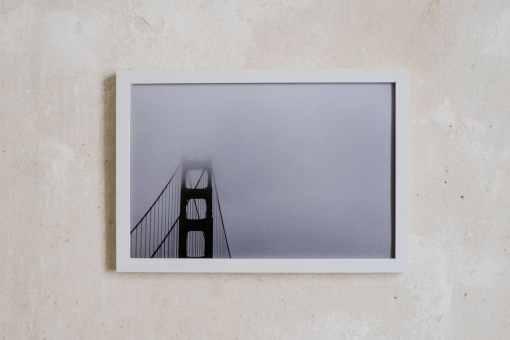 Weisser Bilderrahmen 20x30 cm vor verputzter Wand, Kollektiv91 und atelier.91