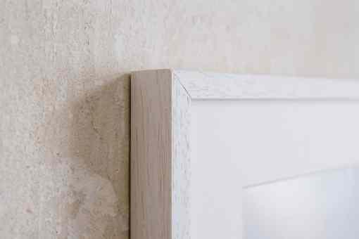 Linke obere Ecke eines weissen Bilderrahmens aus Holz 30x40 cm mit Passepartout