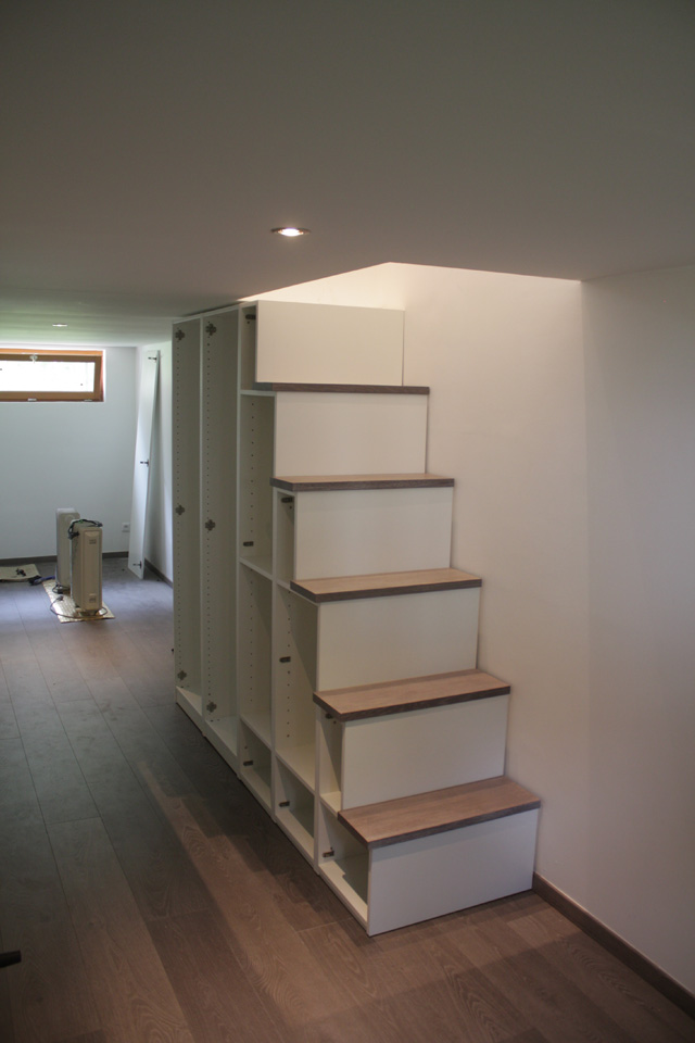 Fabriquer Meuble Escalier Table De Lit A Roulettes