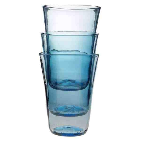 Frilagd bild på 3 stapelbara glas i ljusblått glas, staplade i varandra