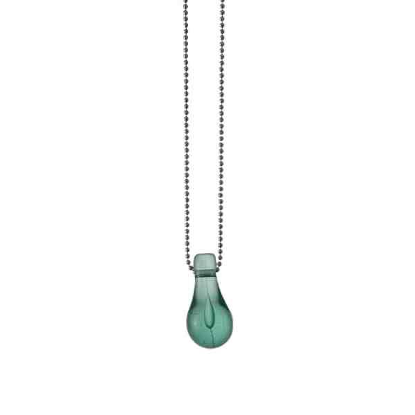 Hängsmycke i form av en glasdroppe i ljust grönturkost glas. Tillverkad av skärvor från trasiga alster eller spillbitar.