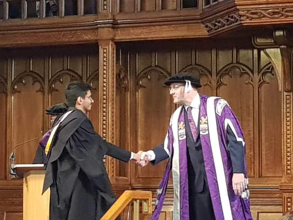 """طالب عُماني يحقق """"أفضل خريج"""" و""""أفضل مشروع تخرج"""" وجامعة بريطانية تكرّمه"""