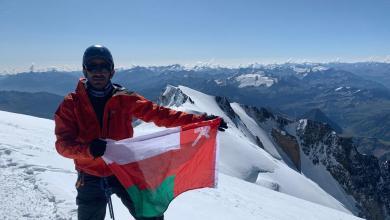 Photo of رفع علم السلطنة وصورة جلالة السلطان على قمة جبل ارتفاعها أكثر من 4800 متر