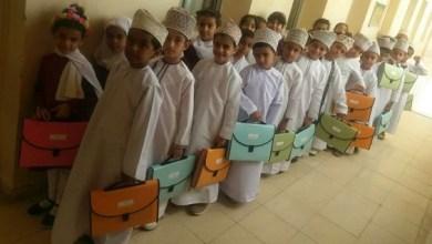 """صورة بالصور: مدرسة حكومية تضع حلًا بديلًا لـ """"الحقيبة المدرسية"""""""