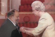 صورة العُماني الذي كرّمته ملكة بريطانيا لأعماله التطوعيّة