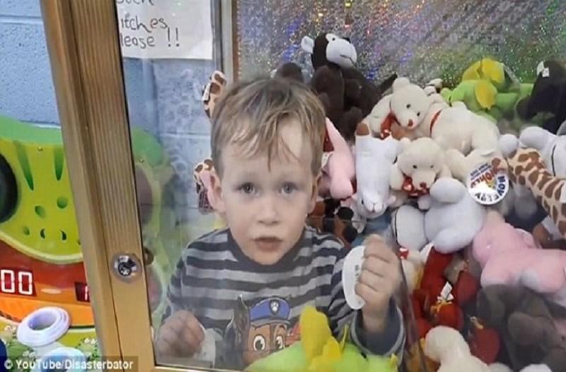 Κλάμα: Τρίχρονος κατάφερε το απίστευτο και κλείστηκε μέσα στο μηχάνημα με τα λούτρινα! (video)