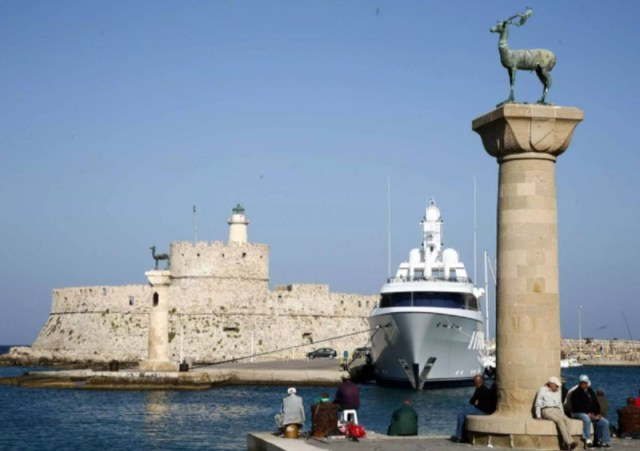 25.000 τουρίστες για διακοπές την ίδια ώρα που οι Έλληνες απαγορεύεται