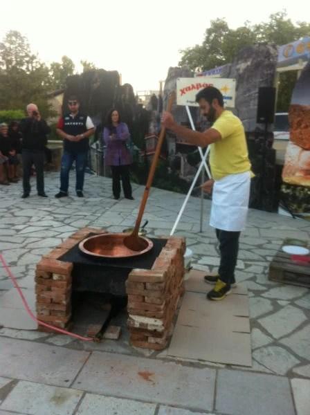 Ο τρίτης γενιάς ζαχαροπλάστης Χρυσοβαλάντης Γούναρης φτιάχνει τρικαλινό χαλβά.