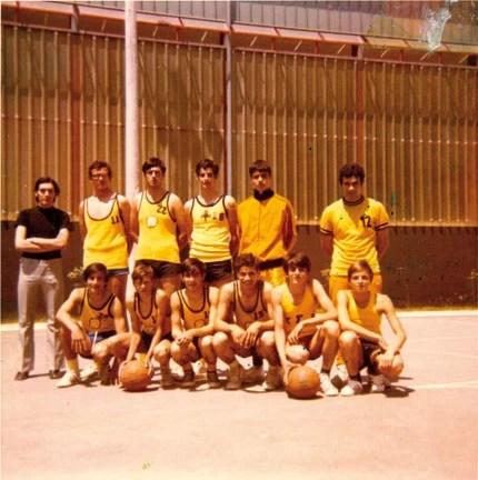 Πάνω δεξιά, ο Τάσος Μπουλμέτης ως παίκτης του Γ.Σ. Αμαρουσίου το 1973