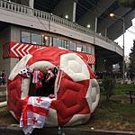 Vor dem Nationalstadion in Tiflis (Foto: athletic-brandao.de).