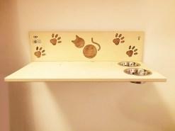 Mensola per gatti in legno con ciotole e intagli