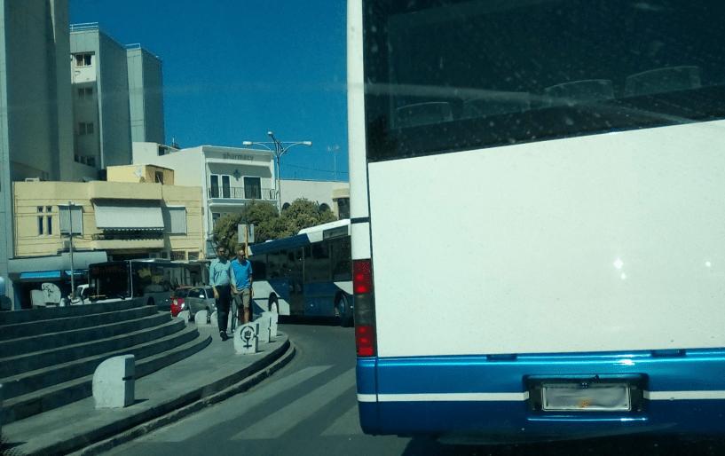 Μικρά διακριτικά λεωφορεία στο Ηράκλειο