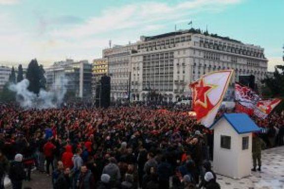 Εντυπωσιακές εικόνες: Χιλιάδες οπαδοί Ολυμπιακού και Ερυθρού Αστέρα στο Σύνταγμα (pics+vids)
