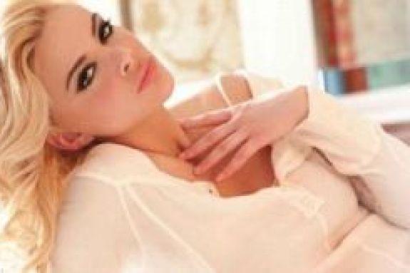 Η Ρία Αντωνίου εύχεται «Καλό Καρναβάλι» σηκώνοντας τη φούστα της (vid)