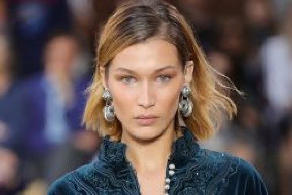 Η Μπέλα Χαντίντ τόπλες στο σπα της Dior (pics)