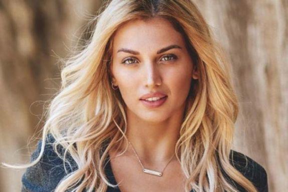 Η Κωνσταντίνα Σπυροπούλου έβαλε το μαγιό της και πήγε θάλασσα (pics & vid)