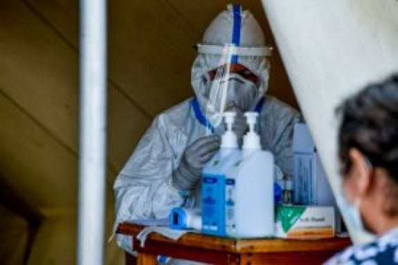 Κορωνοϊός: Τριπλάσια τα εισαγόμενα κρούσματα στην Ελλάδα τον Ιούνιο – Επιταχύνεται η επιδημία παγκοσμίως
