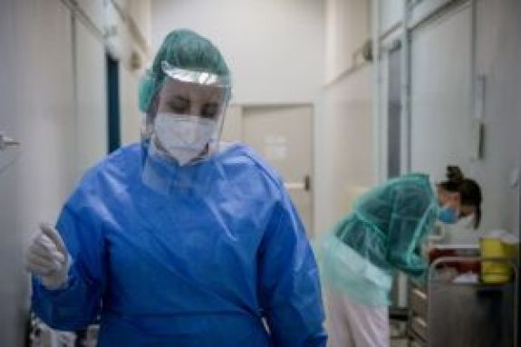 Κορωνοϊός: Οι νέοι δεν είναι άτρωτοι στον ιό – Τρεις διασωληνωμένοι κάτω των 40, ανάμεσά τους ένας 25χρονος