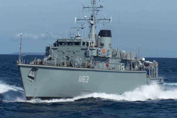 Πειραιάς: Σύγκρουση εμπορικού πλοίου με πλοίο του Πολεμικού Ναυτικού – Άτομα βρέθηκαν στη θάλασσα