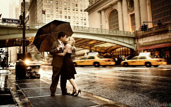 beautifil couple in rain love kiss 600x375 11284549865.