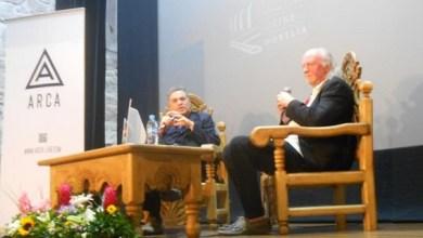 El Teatro José Rubén Romero fue el escenario donde el director israelí sostuvo una charla con el periodista Nick Roddick, en donde habló de sus inicios como estudiante de arquitectura, siguiendo los pasos de su padre