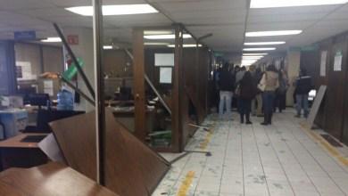 Los inconformes se presentaron poco antes de las 10:00 horas en las oficinas centrales de la SEE, donde procedieron a destrozar varias de las oficinas