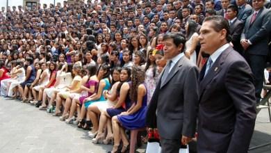 Aureoles Conejo presenció la Quema de los Años y el Juramento que hicieron las y los mil 153 jóvenes egresados, además de entonar el Himno a Chapingo