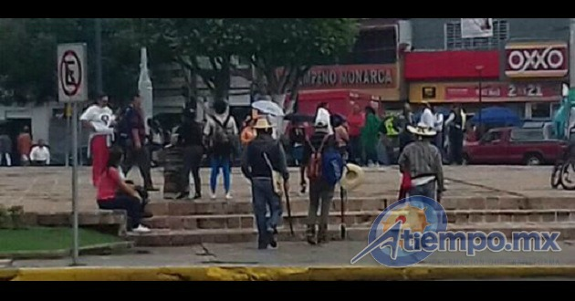 Los comuneros arribaron en dos camiones y pretenden entrar a la sesión extraordinaria del Consejo General del IEM programada para esta mañana (FOTOS: FRANCISCO ALBERTO SOTOMAYOR)