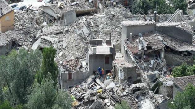 Renzi detalló que de los fallecidos, 86 se han producido en las localidades de la región de Lazio, entre ellas la de Amatrice la más afectada por el sísmo, mientras que 34 se han contabilizado en los municipios de la región de Las Marcas