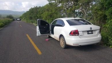 En el lugar quedó una camioneta Chevrolet, de color blanco, con placas de Michoacán y en su interior la persona fallecida, así mismo, metros adelante un vehículo Volkswagen Vento, de color blanco sin placas de circulación