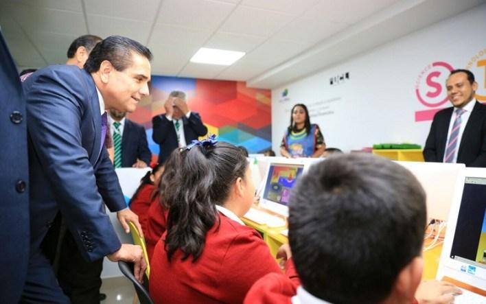 También, el mandatario estatal cortó el listón de apertura del Centro de Profesionalización Continua, donde se prepara a normalistas para presentar el examen de ingreso