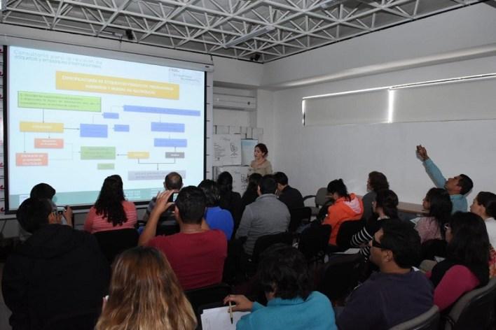 Mariana Curiel, exponente que ha capacitado a grandes empresas como Coca Cola, Marinela y Jumex, explicó a los asistentes la importancia de cumplir con las normas 050 y 051, principalmente