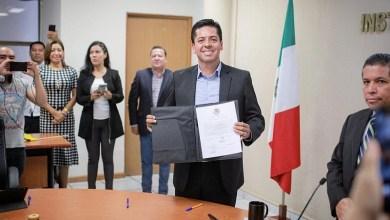Toño García, tras recibir su constancia en el órgano electoral, agradeció y reconoció a la ciudadanía, militantes y simpatizantes que esperaban afuera de la sede del INE en Michoacán