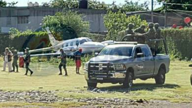 Debido a los fuertes vientos la avioneta se salió de la pista y derribó la malla perimetral para continuar su carrera y chocar contra varias viviendas aledañas al aeropuerto, lo que dejó daños materiales