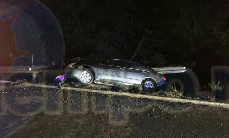 En el lugar el conductor perdió la vida, quedando atrapado entre los fierros del vehículo, por lo que elementos de la Policía Federal resguardaron el lugar al espera de la Fiscalía Regional