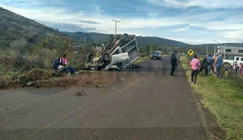 El incidente ocurrió minutos después de las 16:00 horas cuando circulaba en dicho tramo carretero una camioneta Nissan tipo NP-300, de color blanco con placas de Jalisco.