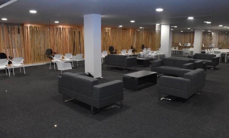 Cuenta con rampa y control de acceso con barra de atención, pasillo de exhibición de artesanías típicas de la entidad, área de capacitación; salas de espera, de trabajo colectivo y de juntas y de choque, entre otras áreas