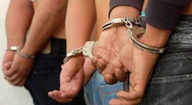 tres detenidos,esposados