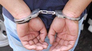 detenido, esposado