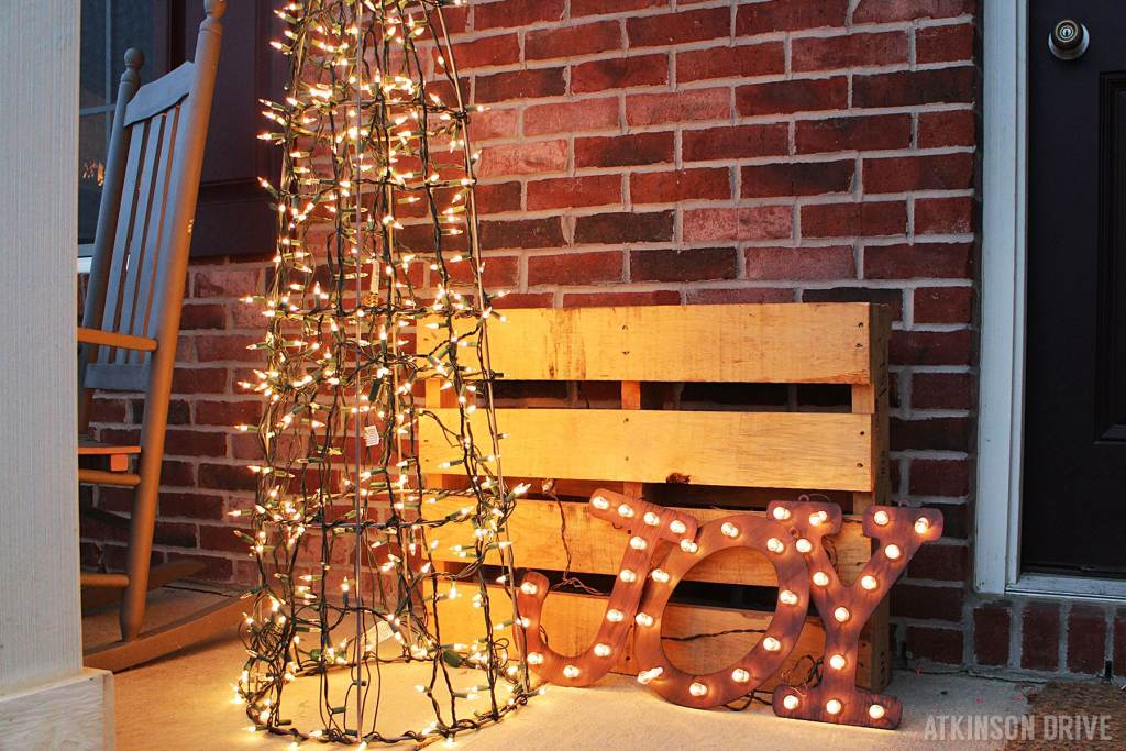 If you've been itching to make your very own tomato cage Christmas tree, this tutorial is just the thing you need to read! Spruce up your yard with beautiful Christmas lights! /// by Atkinson Drive
