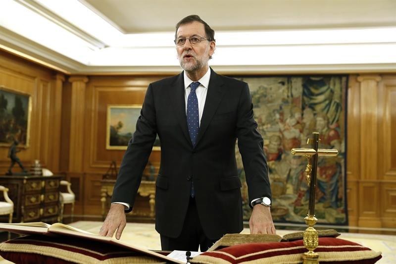 El reelegido presidente del Gobierno, Mariano Rajoy, jura el cargo ante el Rey, esta mañana en el Palacio de La Zarzuela
