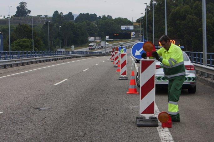Los vehículos que pasen por Tui tendrán que someterse a un control de documentación de la GNR. Ayer instalándose en el puente.